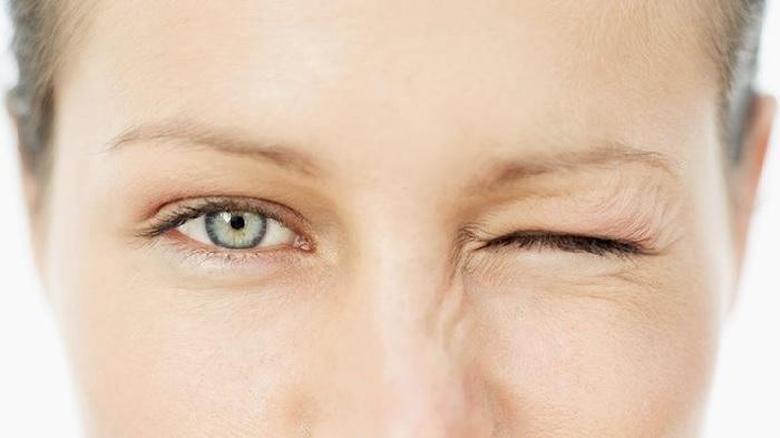 nháy mắt trái nữ